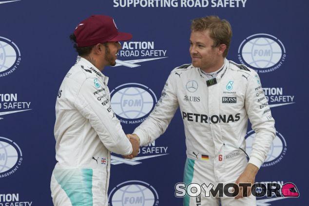 Lewis Hamilton y Nico Rosberg se saludan el sábado tras la clasificación en Canadá - LaF1