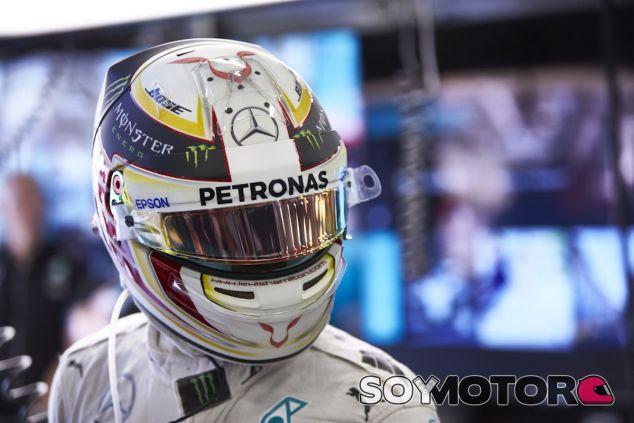 Lewis Hamilton en su box en Bakú - LaF1