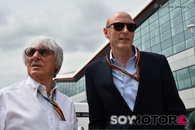 Bernie Ecclestone y Donald Mackenzie ne el paddock de Silverstone - LaF1