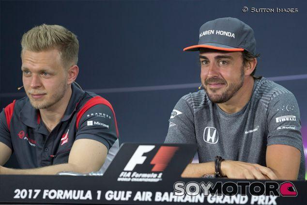Kevin Magnussen y Fernando Alonso en Baréin - SoyMotor.com