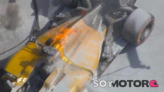 El coche de Kevin Magnussen, en llamas durante los Libres 1 - LaF1