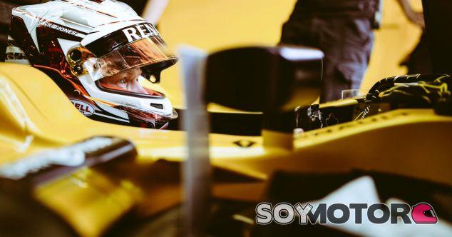 Kevin Magnussen en el box del equipo Renault - LaF1