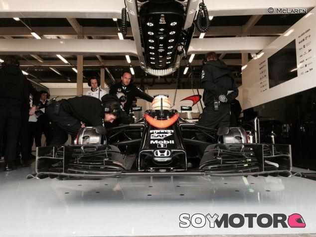 El MP4-30 resguardado en el box durante el 'filming day' de McLaren en Silverstone - LaF1