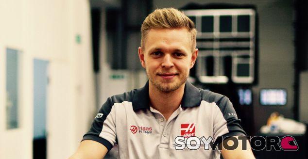 Kevin Magnussen en la fábrica de Haas - SoyMotor