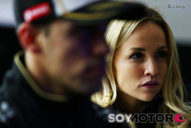 Pastor Maldonado y Carmen Jorda en el box de Lotus - LaF1