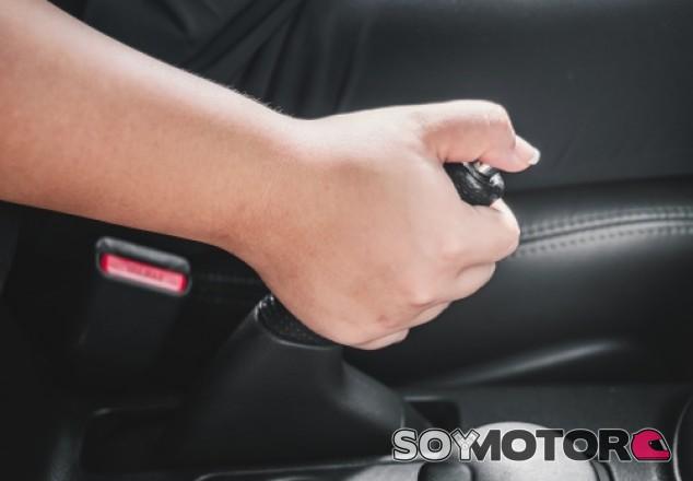 Nunca hay que olvidarse de poner el freno de mano - soymotor.com