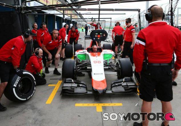 Mecánicos de Manor probando el monoplaza en Australia - LaF1.es