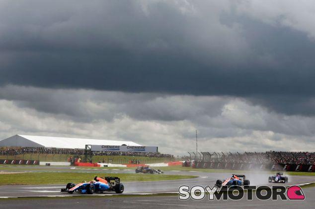 Los pilotos de Manor bajo la lluvia en Silverstone - LaF1