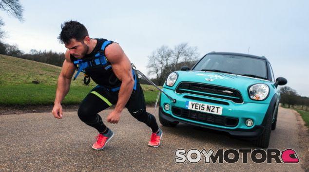 Corre una maratón arrastrando un Mini Countryman