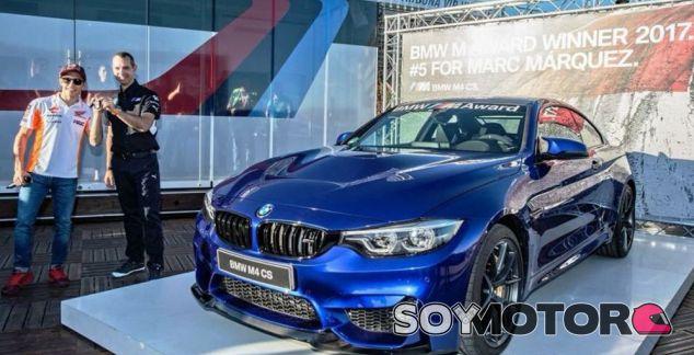 Marc Márquez posa junto a su nuevo BMW M4 CS - SoyMotor.com