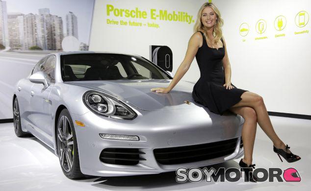 María Sharápova posa con el Porsche Panamera S E-Hybrid - SoyMotor