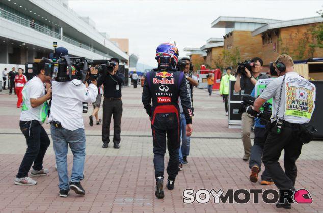Así llegaba Mark Webber al paddock tras su abandono en Corea - LaF1