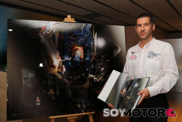 Marko-F1 junto a la obra 'Aérea', el regalo de Sainz - SoyMotor.com