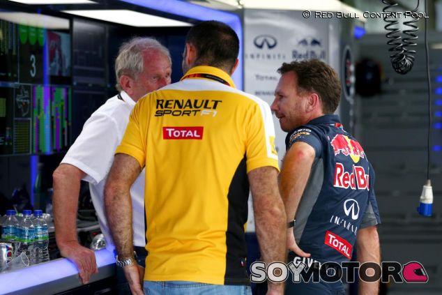 Marko, Abiteboul y Horner charlando en el box de Red Bull - LaF1.es