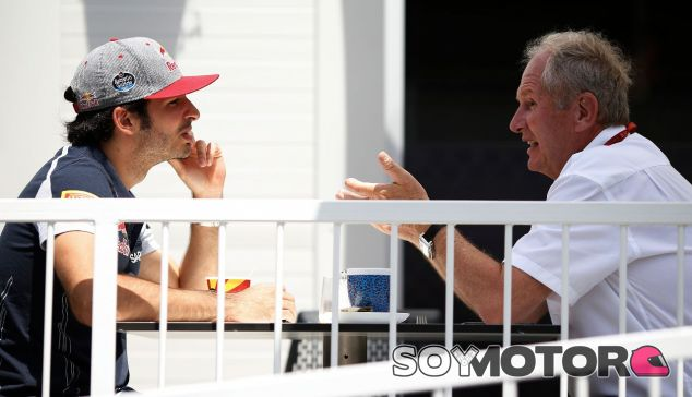 Carlos Sainz (izq.) junto a Helmut Marko (der.) – SoyMotor.com