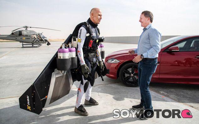 Martin Brundle e Yves Rossi frente a frente antes del duelo promovido por Jaguar - SoyMotor