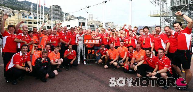 Fotografía de familia de Marussia para recordar el resultado de Montecarlo - LaF1