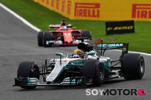 Hamilton perseguido por Vettel en un GP esta temporada - SoyMotor.com