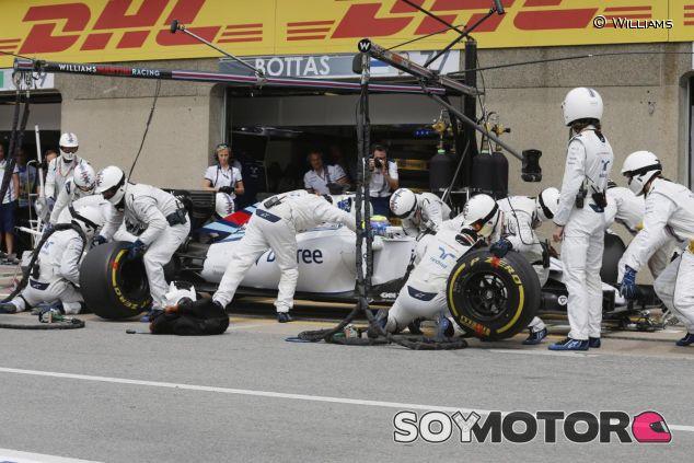 Felipe Massa pasando por boxes en Canadá - LaF1