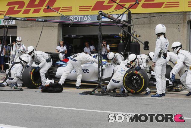 Felipe Massa haciendo un pit stop - LaF1.es