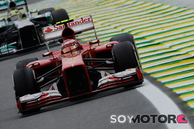 Felipe Massa por delante del Mercedes de Nico Rosberg en Brasil - LaF1