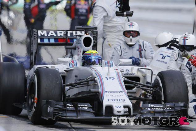 Felipe Massa parando en los boxes durante la carrera de Sepang - LaF1