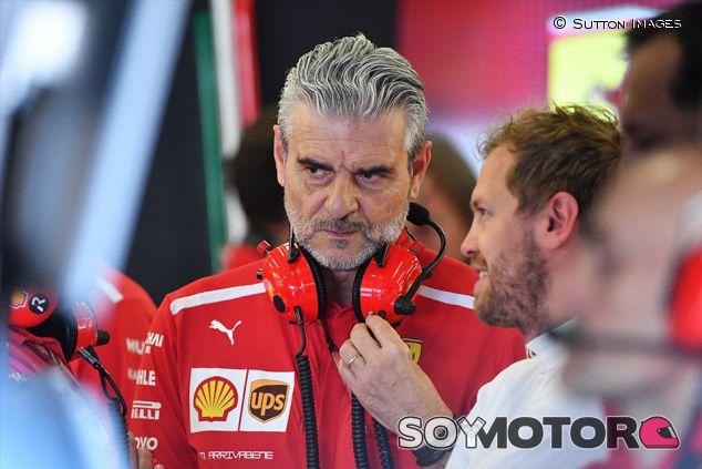Maurizio Arrivabene y Sebastian Vettel en Silverstone - SoyMotor.com