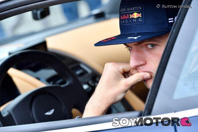 Max Verstappen en un Aston Martin en Austria - SoyMotor.com