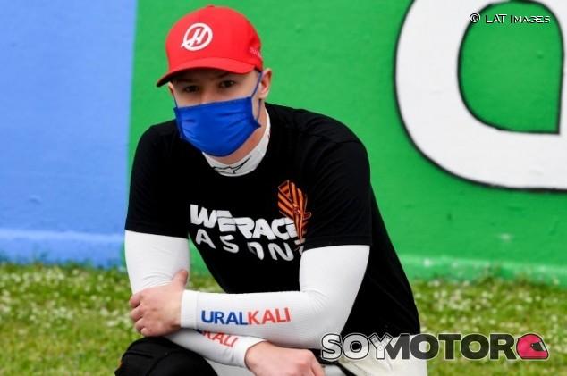 Mazepin se arrodilló antes del GP de España, pero no por la lucha antirracista - SoyMotor.com
