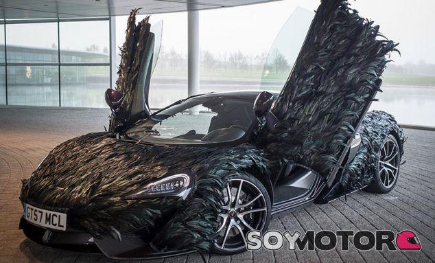 Jamás te hubieras imaginado un McLaren 570GT recubierto de plumas - SoyMotor
