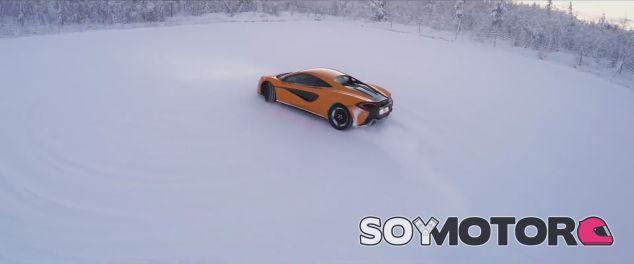 El McLaren 570S patina sobre hielo - SoyMotor.com