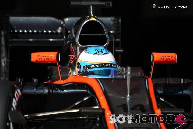 Fernando Alonso durante la primera tanda de test de Montmeló - LaF1