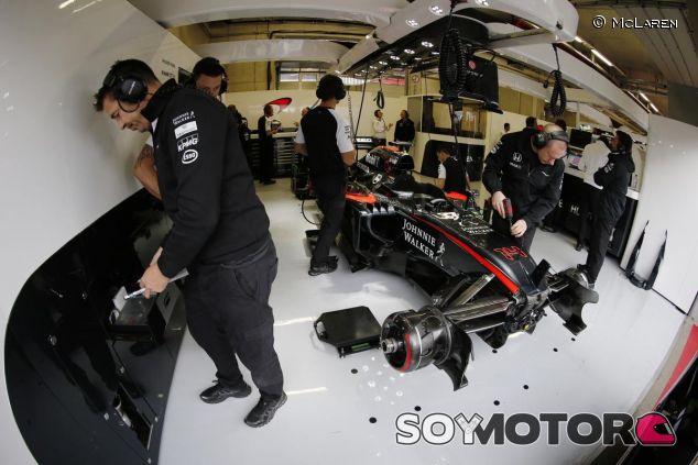 Los mecánicos de McLaren trabajando en el coche de Alonso - LaF1