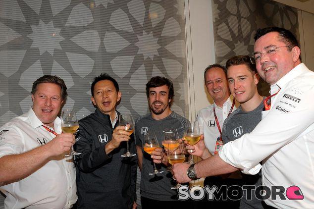 Un brindis con champán para despedir McLaren-Honda - SoyMotor