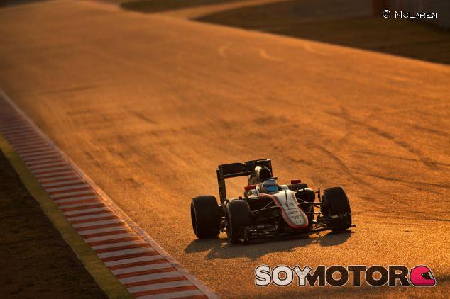 Fernando Alonso subido al MP4-30 en Barcelona - LaF1.es