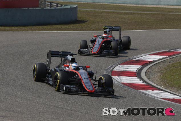 Los dos McLaren-Honda corriendo en Shanghai - LaF1.es