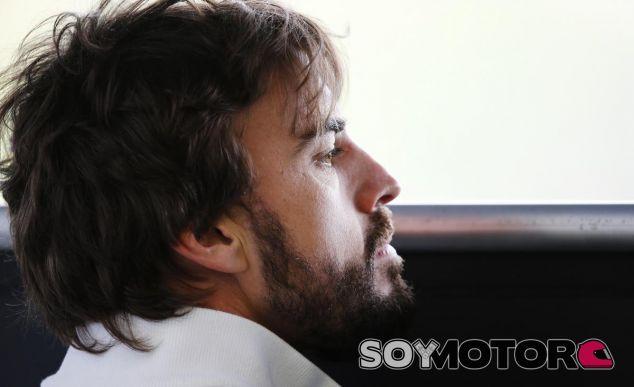 Fernando Alonso en el garaje de McLaren-Honda - LaF1.es