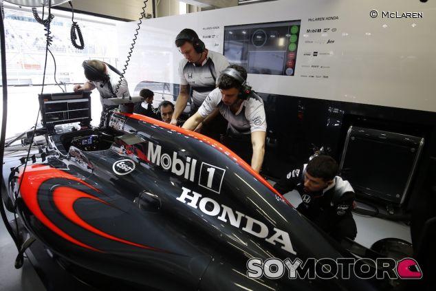 El equipo McLaren trabaja en su box - LaF1