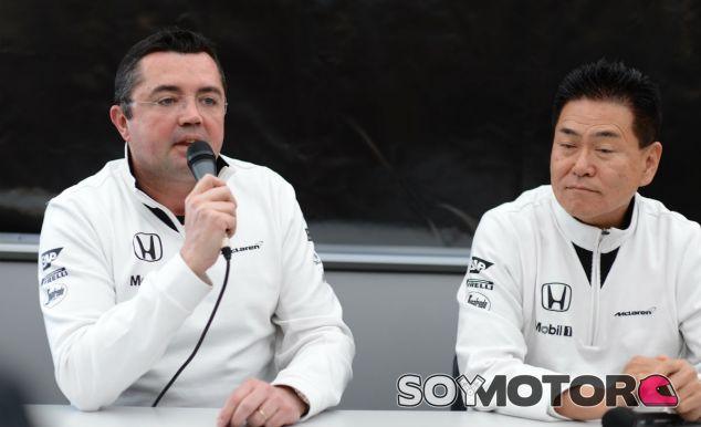Eric Boullier y Yasuhisa Arai durante la rueda de prensa - LaF1