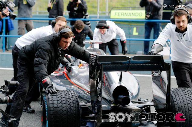 Los mecánicos de McLaren devolviendo a Alonso al box en los test de Jerez - LaF1