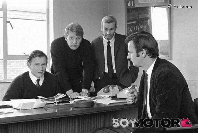 Los directivos de McLaren en 1970. De izquierda a derecha: Bruce McLaren, Tyler Alexander, Teddy Mayer y Phil Kerr - LaF1