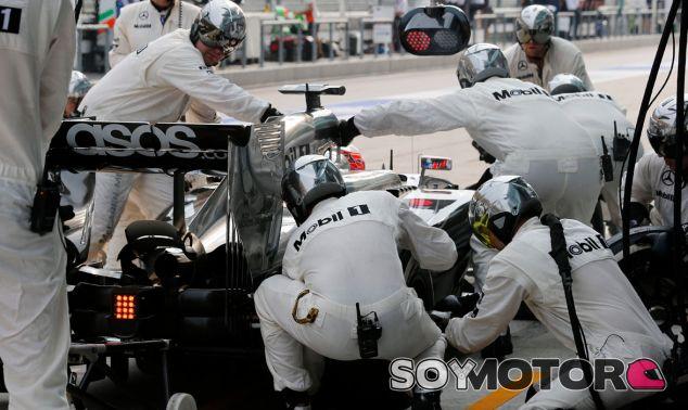 Jenson Button en boxes - LaF1