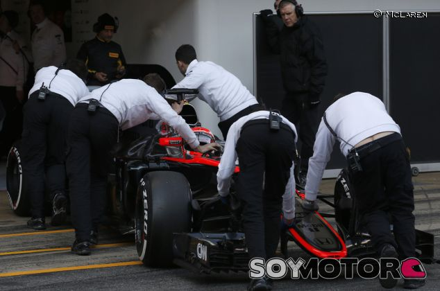 Mecánicos de McLaren llevando el MP4-30 de Button al garaje - LaF1.es