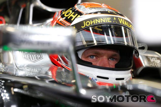 Kevin Magnussen, pensativo en su McLaren - LaF1