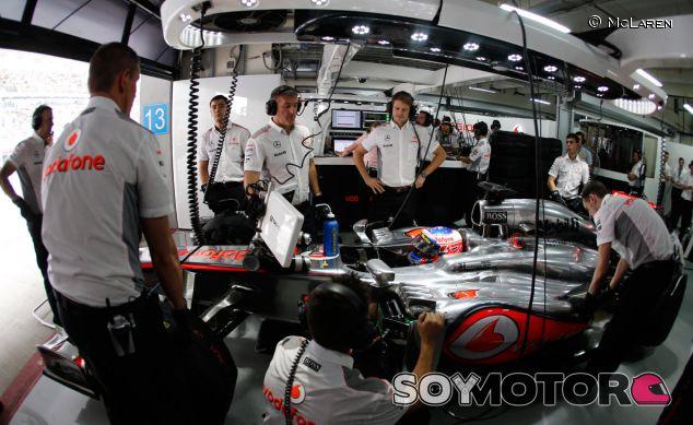 Box de McLaren con Jenson Button en el MP4-28 - LaF1