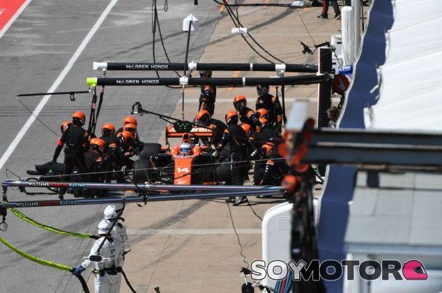 Pit-stop de Alonso durante el GP de Canadá 2017 - SoyMotor.com