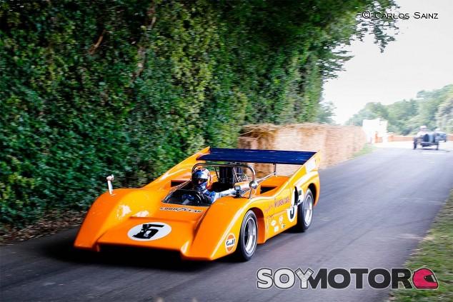 Carlos Sainz con el McLaren M8D en Goodwood - SoyMotor