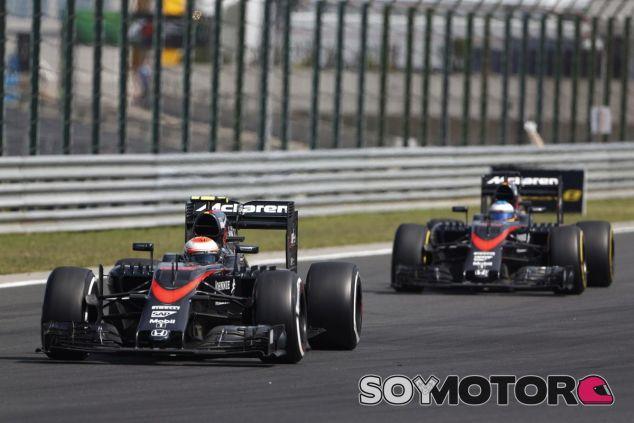 Fernando Alonso y Jenson Button en Hungría - LaF1.es