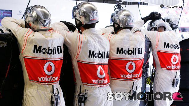 Mecánicos del equipo Vodafone McLaren Mercedes