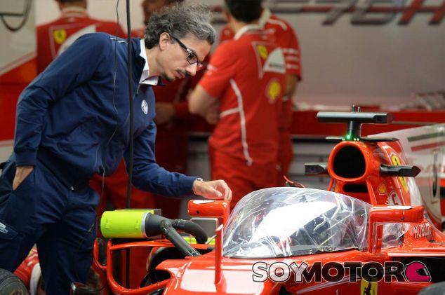 Laurent Mekies echa un vistazo al escudo sobre el SF70-H en Silverstone - SoyMotor.com